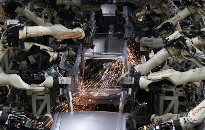 汽車生產線的工業機器人 (圖:AFP)