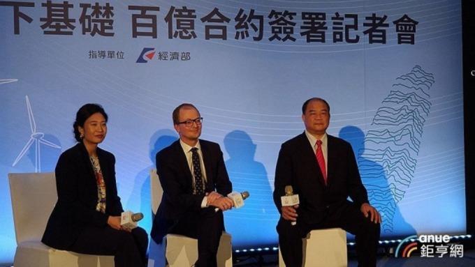 右為世紀鋼董事長賴文祥。(鉅亨網資料照)