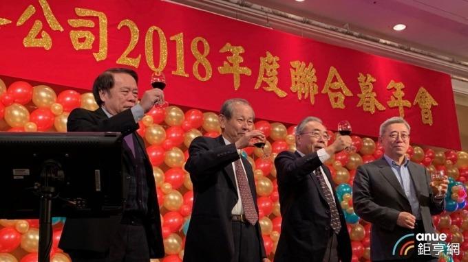 左起為台塑化總經理曹明、董事長陳寶郎、台塑企業總裁王文淵、台塑企業管理中心常委王文潮。(鉅亨網記者林薏茹攝)