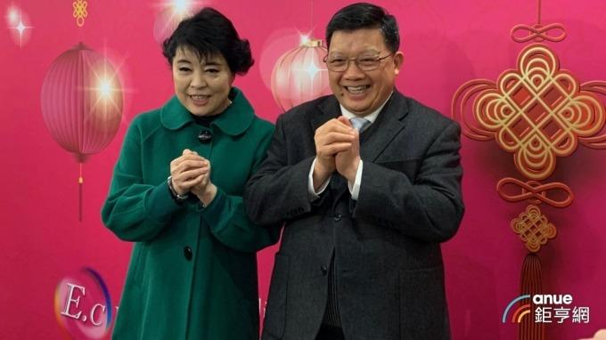 億光董事長葉寅夫(右)與其夫人簡文秀(左)。(鉅亨網記者林薏茹攝)