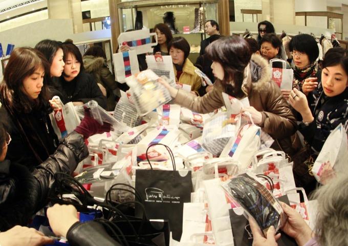日本百貨公司的購物人潮 (圖:AFP)