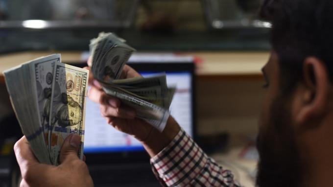 週三美元於三週高點附近徘徊。(圖:AFP)