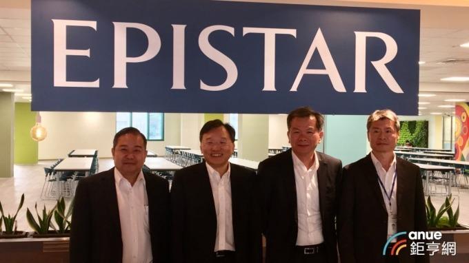 左起為晶電總經理范進雍、董事長李秉傑、晶成半導體總經理周銘俊、晶電財務副總張世賢。(鉅亨網資料照)