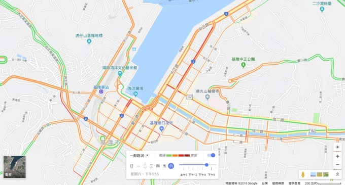 例如 google 利用手機定位紀錄來了解交通流量;國內電信業者,也曾紀錄正在行動上網的門號數量,來分析中元普渡時,人潮在基隆祭典園區內的流動趨勢。 圖片來源│Google 地圖