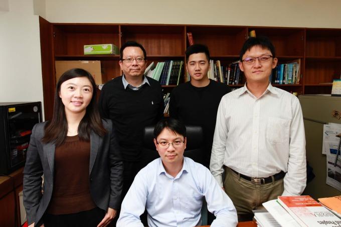 本文動態人口研究團隊:郭巧玲(前排左一)、詹大千(前排中)、林柏丞(前排右一)、陳建州(後排左一)、林子佑(後排右一)。 攝影│廖英凱