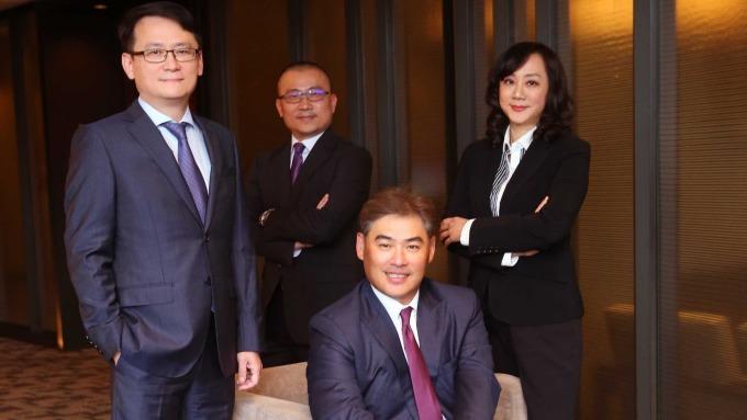 台新銀行個人金融事業總處副執行長林尚愷(中)帶領財富管理團隊。(圖:台新銀行提供)