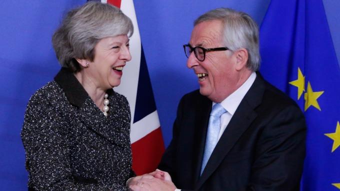 梅伊(左)與容克(圖:AFP)