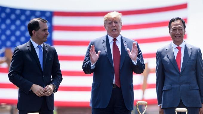 去年年中,美國總統川普 (中) 為鴻海董事長郭台銘 (右) 威州建廠站台。(圖:AFP)