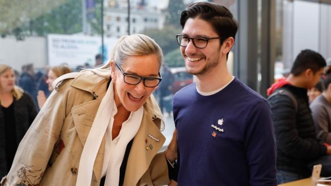 左為蘋果零售業務部門主管Angela Ahrendts 圖片來源:afp