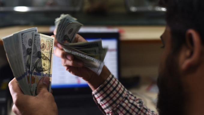 避險情緒帶動美元走揚。(圖:AFP)