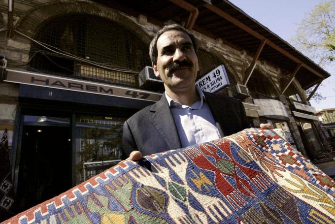 一名土耳其地毯商人與他的商品 (圖:AFP)