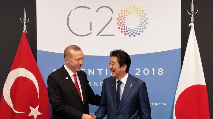 日本、土耳其兩國領導人合照。(圖:AFP)