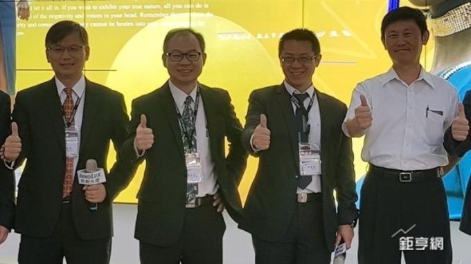 左二為群創副董事長蕭志弘。(鉅亨網資料照)
