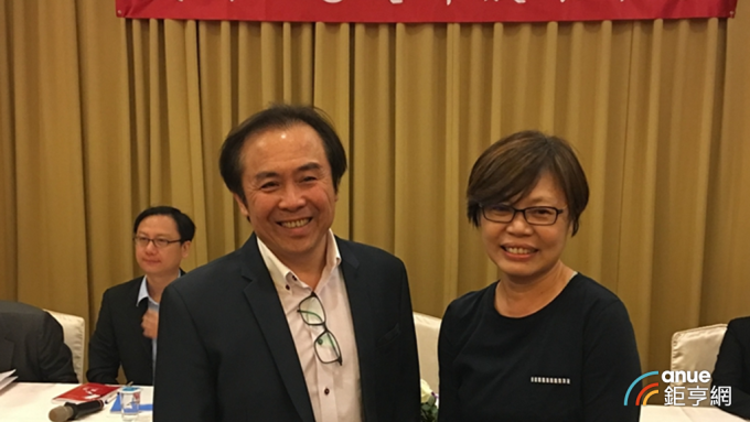 王品台灣事業群執行長楊秀慧(右)將於3月底退休。(鉅亨網資料照)