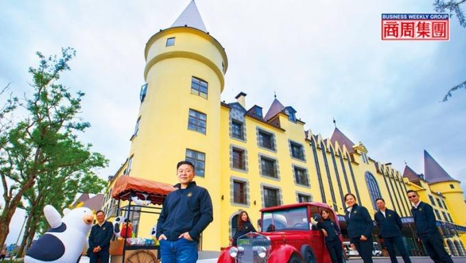 天成第三代掌門人張東豪(左2)打造城堡造型酒店攻頂級市場,還結合在地特色、設計吉祥物等,通吃各年齡客群。(攝影者.郭涵羚)