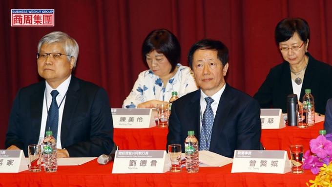 劉德音(右2)與魏哲家(左1)去年接任台積電董事長與總裁,雖採漸進式接班,上任後仍遇逆風。(攝影者.楊文財)