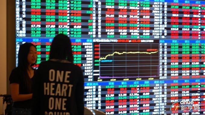台股盤後─權值股力挺激發尾盤近百億元大量 大盤收高120點。(鉅亨網記者張欽發攝)