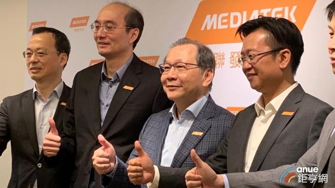 左二為聯發科總經理陳冠州、左三為執行長蔡力行。(鉅亨網記者林薏茹攝)