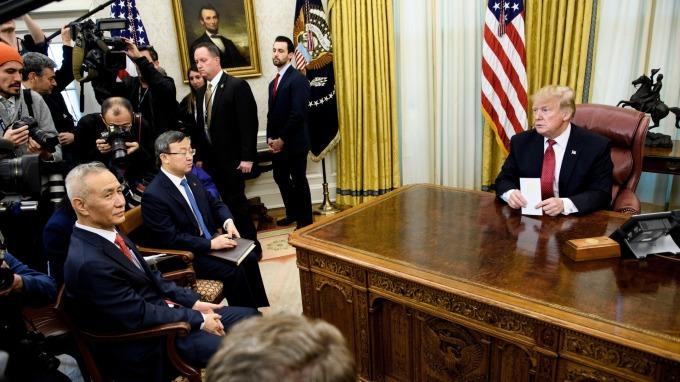 今年一月底,川普於白宮接待劉鶴。(圖:AFP)