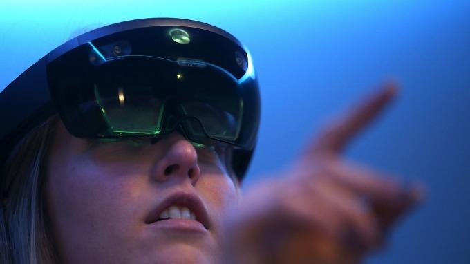 Microsoft HoloLens AR (圖:AFP)