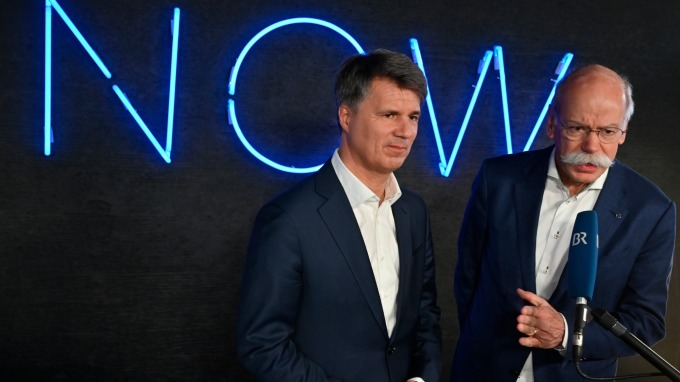 寶馬 CEO Harald Krueger (左)和戴姆勒 CEO Dieter Zetsche。(圖:AFP)