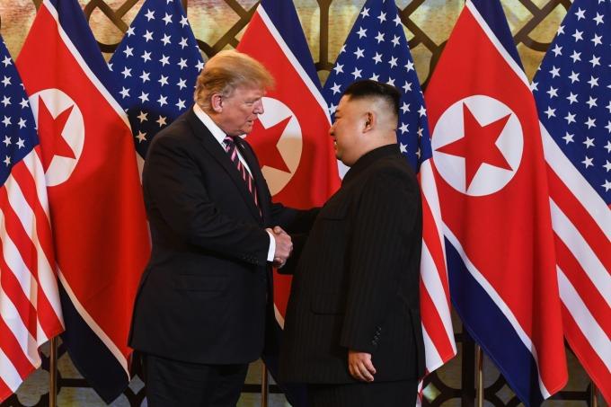 川普和金正恩握手寒暄。(圖:AFP)