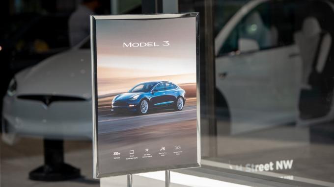 特斯拉宣布推出期待已久的35000美元版本平價Model 3中型轎車。(圖:AFP)