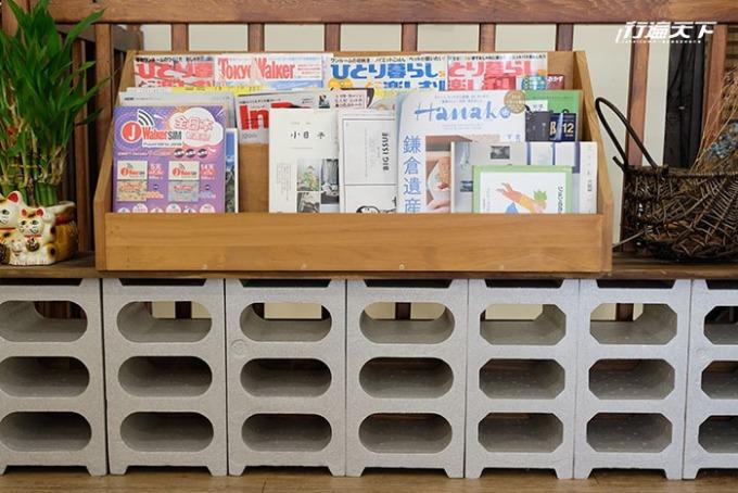 書架上擺滿了日雜可任意取閱。