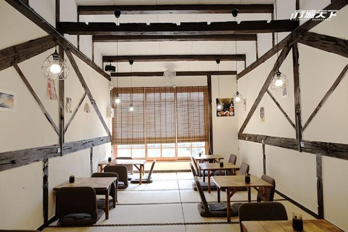 2 樓空間陽光透著竹簾灑落在榻榻米上。