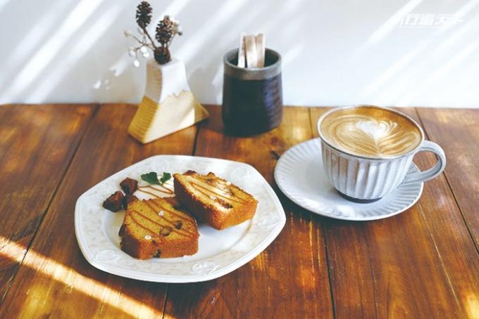 焦糖蘋果磅蛋糕佐香醇拿鐵就是最有滋味的下午茶。