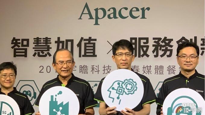 宇瞻董事長陳益世(左二)、總經理張家騉(左三)。(鉅亨網林薏茹攝)