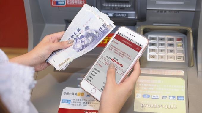 ATM跨行轉帳手續費4月起全面調降。(圖:台新銀行提供)