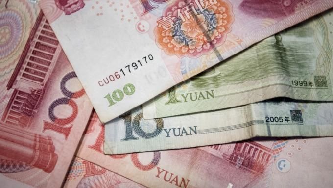 人民幣兌美元已經被高估。(圖:AFP)
