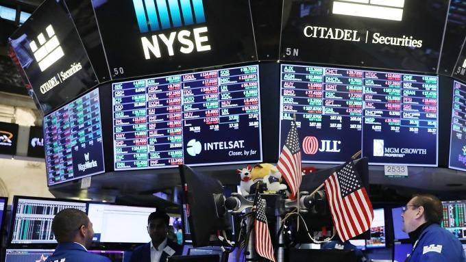 圖:AFP  美國股市週一中場反彈上揚