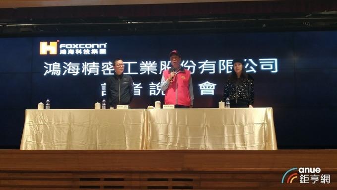 鴻海董事長郭台銘(左二)親上火線反擊微軟,圖左一為富智康代理主席池育陽。(鉅亨網記者彭昱文攝)