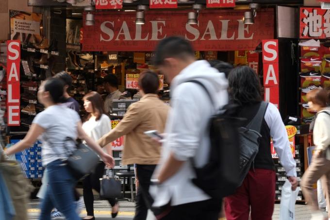 日本 10 月上路的 5% 消費回饋措施,已有 10 家業者表態參加 (圖:AFP)
