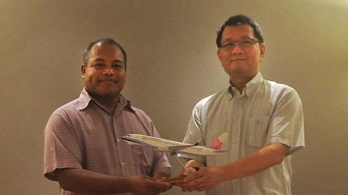 華航致贈「紅梅揚姿」738模型飛機予帛琉副總統歐宜樓。(圖:華航提供)