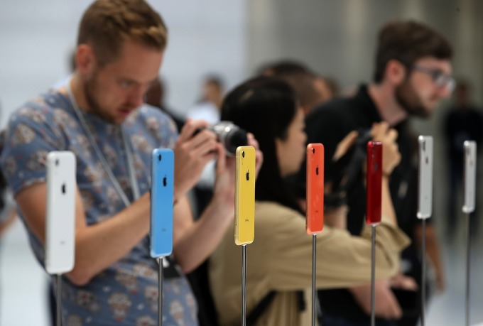 iPhone XR 及其他高價位智慧型手機不受青睞 (圖:AFP)