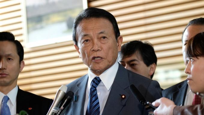 麻生太郎:為達成2%通膨目標,採取彈性政策也是必要措施 (圖:AFP)