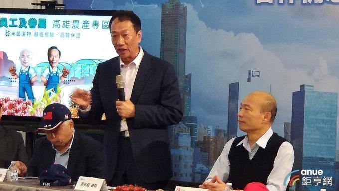 鴻海董事長郭台銘(左)與高雄市長韓國瑜(右)。(鉅亨網記者彭昱文攝)