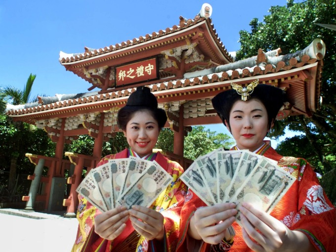 2千日圓鈔票上的圖案為沖繩首里城 (圖:AFP)
