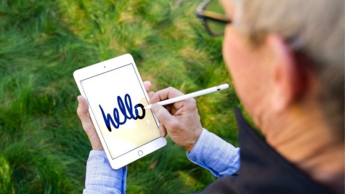 蘋果 CEO 在新 iPad mini 以 Apple Pencil 寫上「Hello」。 (圖:翻攝庫克推特)