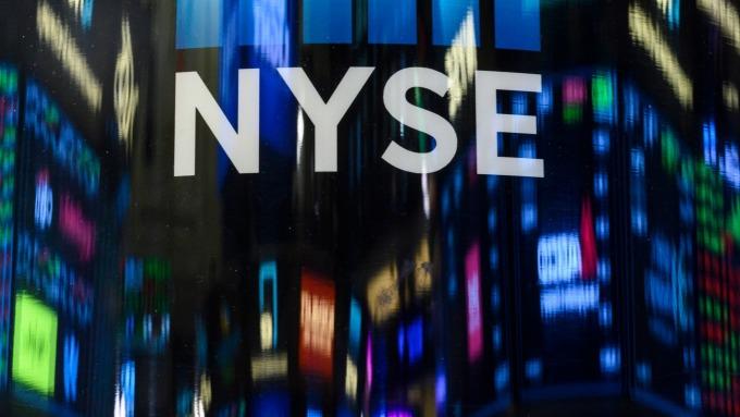 圖:AFP  美國股市週一中場走低