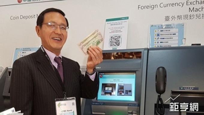 中國信託銀行外幣提款機市占居冠,總經理陳佳文使用台外幣提款機。(鉅亨網資料照)
