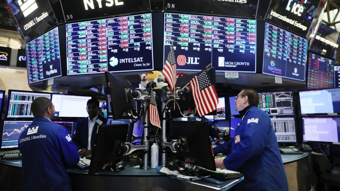 聯準會「放鴿」激勵全球股債齊揚 ,但經理人示警要留意追高風險。(圖:AFP)