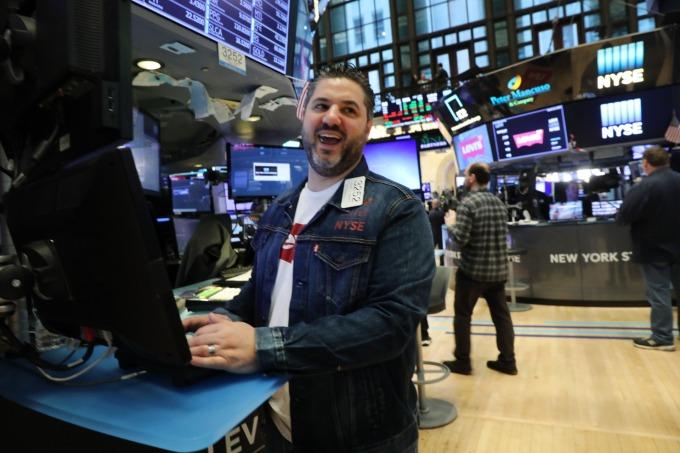 Levi's IPO 首日,交易員制服大解放,允許穿牛仔服飾上班。(圖:AFP)