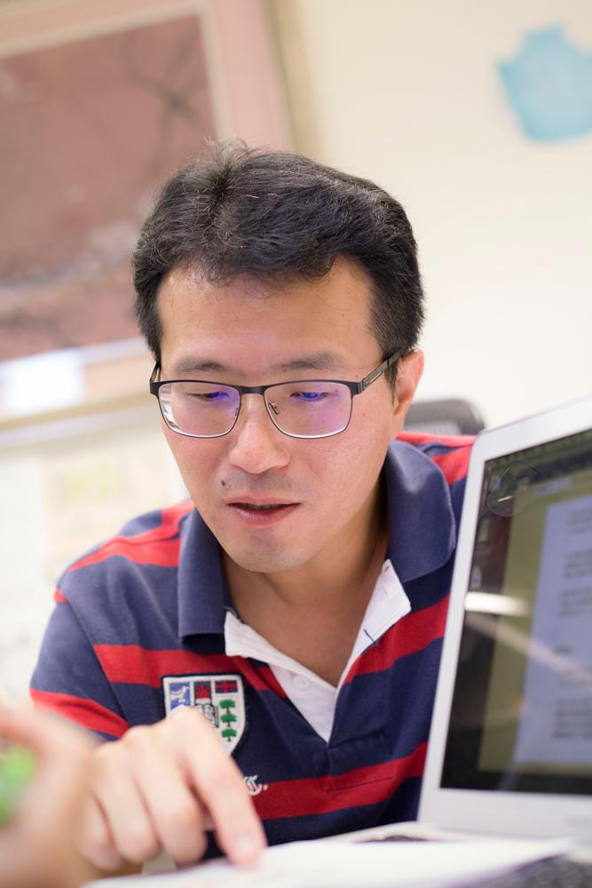 在理性的生物學討論中,陳俊安流露著對漸凍症的關懷。 攝影│張語辰