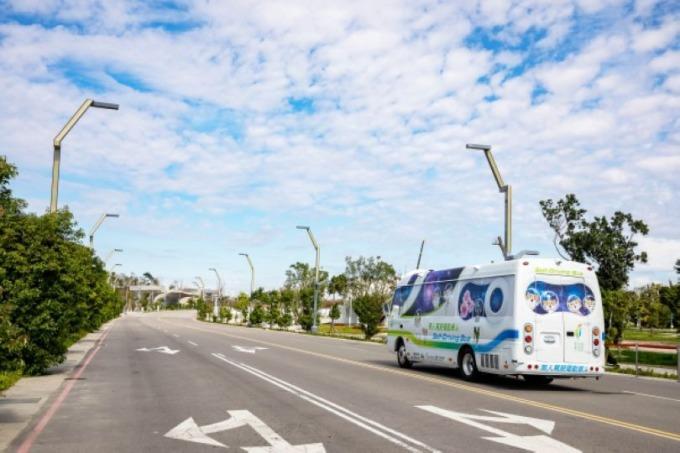 由工研院、資策會及自駕車產業業者合力打造的自駕中型巴士,於台中花博期間,在水湳智慧城場域試運行,並提供民眾搭乘。
