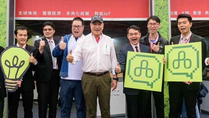 台泥去年營收獲利創高,中為董事長張安平,左三為副董事長辜公怡。(圖:台泥提供)
