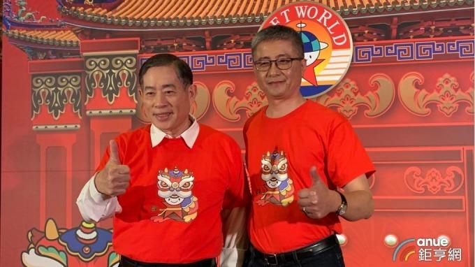 左起為智冠董事長王俊博、智冠集團財管中心總經理鍾興博。(鉅亨網記者林薏茹攝)